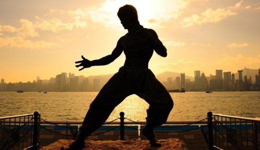 ドラゴンフラッグのやり方!ブルース・リーが考案した最強の腹筋トレーニングを解説