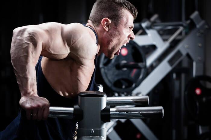【ディップスの応用編】大胸筋・上腕三頭筋それぞれを重点的に鍛えるやり方