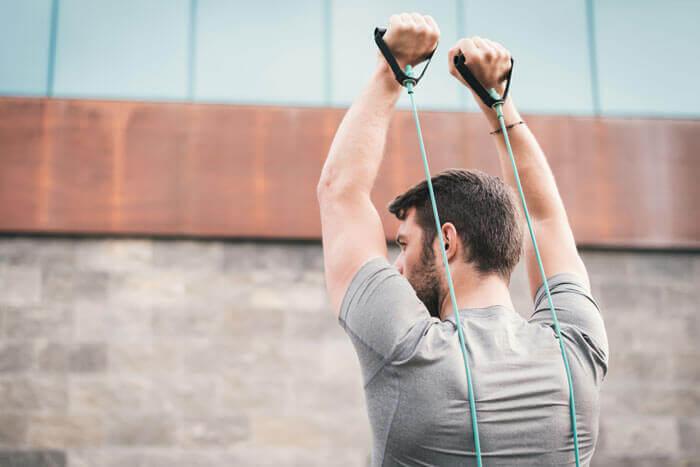 背筋の自重トレーニングの効果をあげる筋トレグッズ