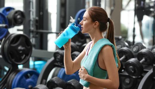 筋トレでプロテインを飲むタイミングは?飲む回数や効果的なプロテイン活用法を解説