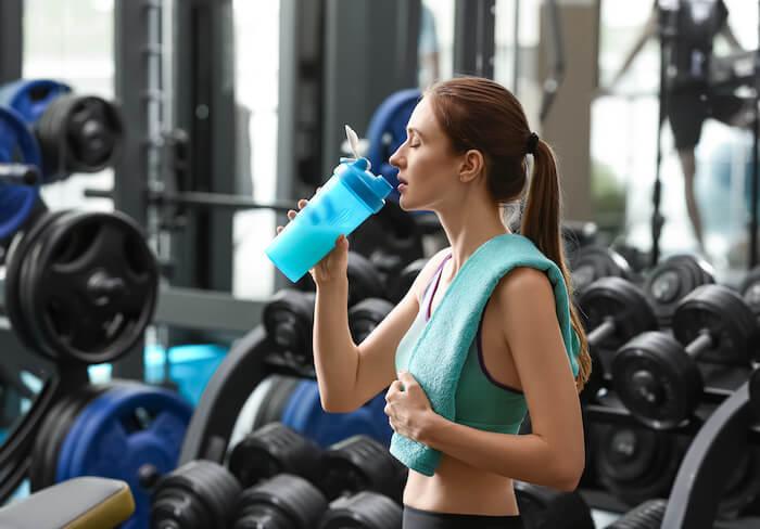 プロテインの飲み方と飲むタイミング。筋トレで効果的なプロテイン活用法を解説