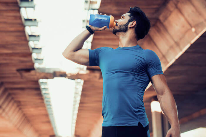 プロテインに副作用はある?飲み過ぎによる肝臓、腎臓、抜け毛などの副作用を総まとめ