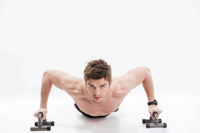 おすすめのプッシュアップバー10選!大胸筋や上腕三頭筋を効率よく鍛える筋トレメニューも紹介