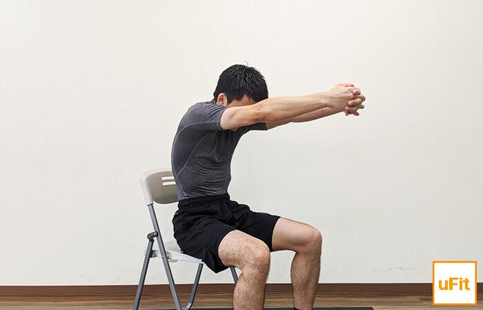 背中を丸めるストレッチ(椅子バージョン)