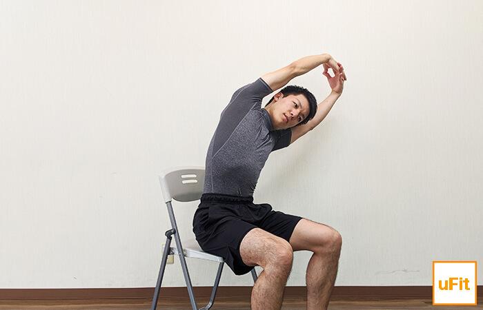 体側を伸ばすストレッチ(椅子バージョン)