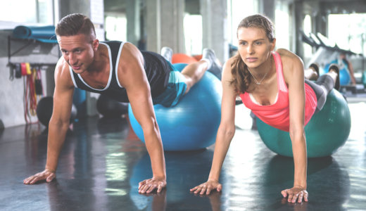 バランスボールを使った体幹トレーニング10選!使用するメリットも解説