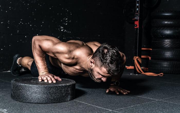 効率よく大胸筋を大きくするなら自重トレーニングと組み合わせよう