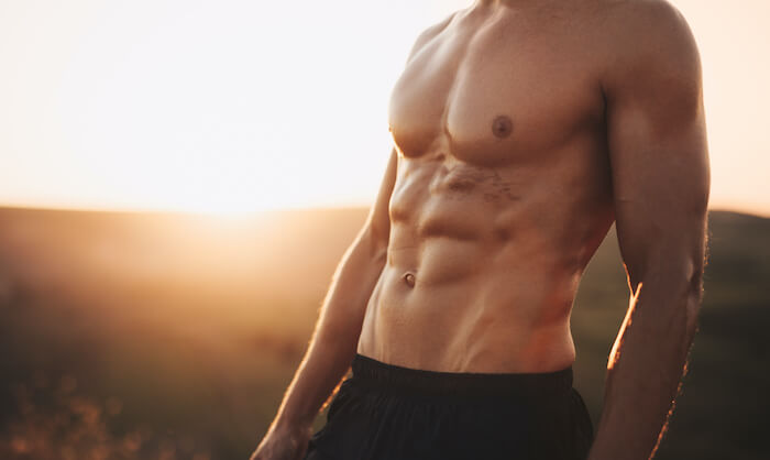 スクワットで腹筋は割れる?お腹周りを鍛える効果的なスクワットメニューを紹介