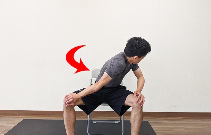 肩入れストレッチ(座ったまま)