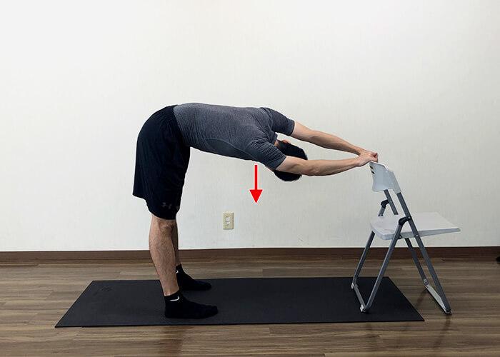 椅子を使って行う広背筋ストレッチのやり方