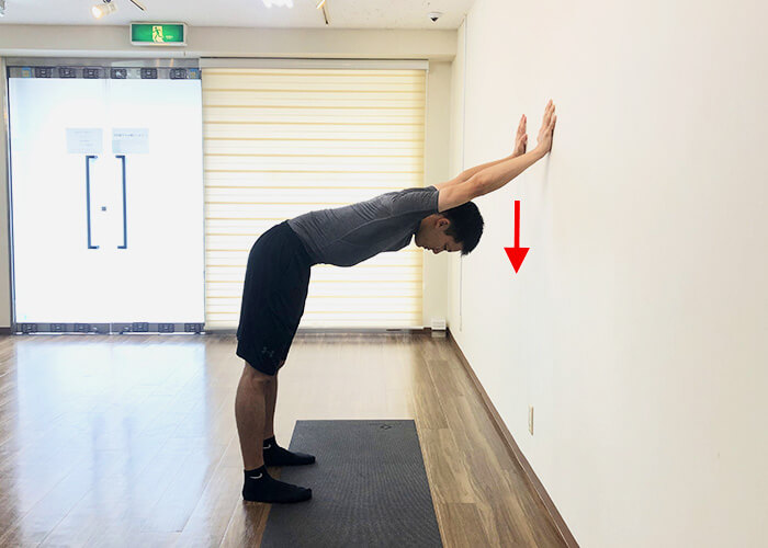 壁を使った広背筋ストレッチのやり方