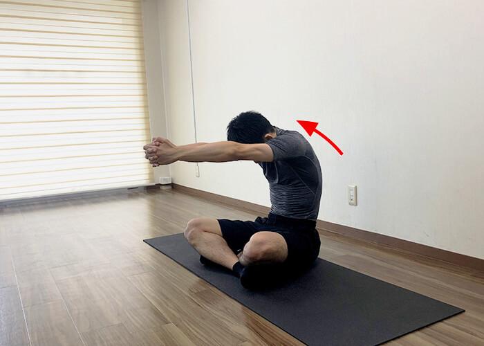 床に座って行う広背筋ストレッチのやり方