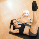 腹筋を鍛える最強の筋トレ「レッグレイズ」の正しいやり方。効果や回数の設定方法も紹介