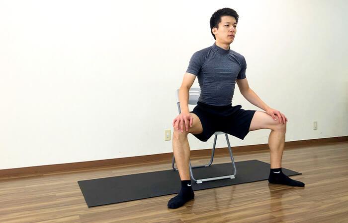 椅子を使って行う内転筋ストレッチ