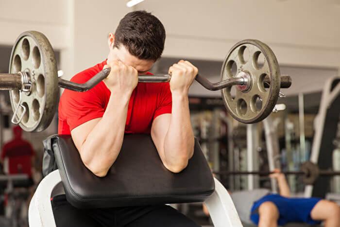 プリチャーカールベンチが無いときに代用できるトレーニング