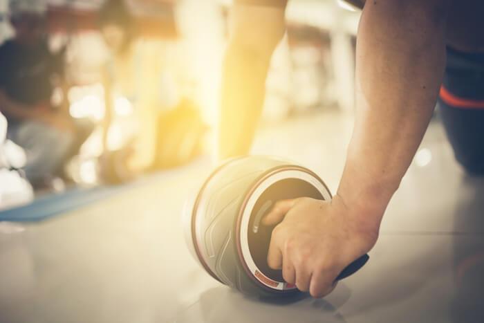 腹筋ローラーで下腹部を鍛える方法とは?下っ腹を引き締める使い方のコツを解説