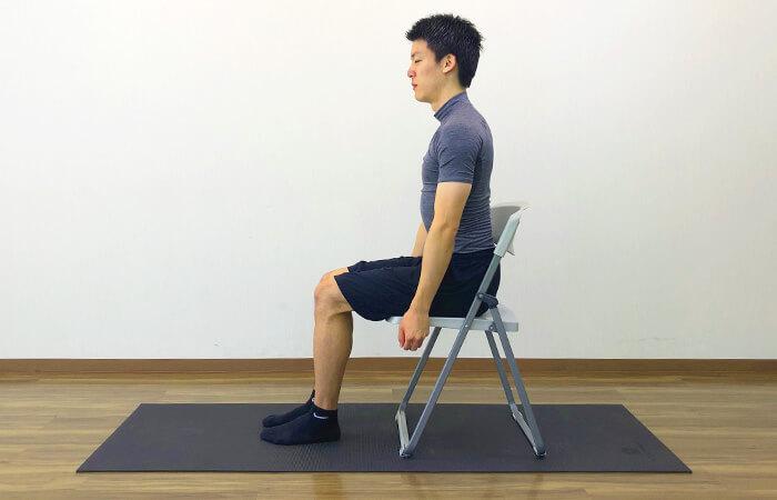 1.椅子を使って行う脊柱起立筋ストレッチ