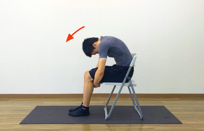 椅子を使って行う脊柱起立筋ストレッチのやり方