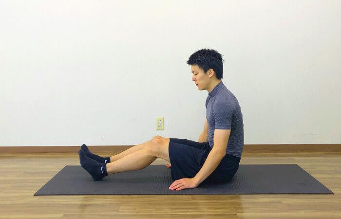 2.床に座って行う脊柱起立筋ストレッチ①