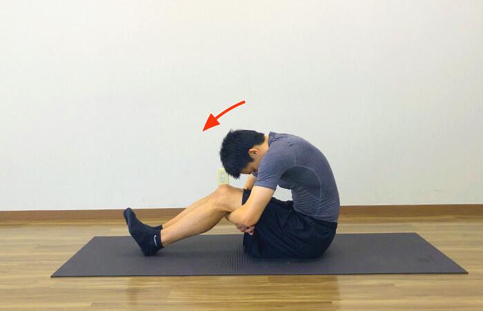 床に座って行う脊柱起立筋ストレッチ①のやり方