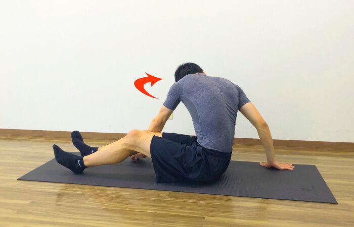 3.床に座って行う脊柱起立筋ストレッチ②