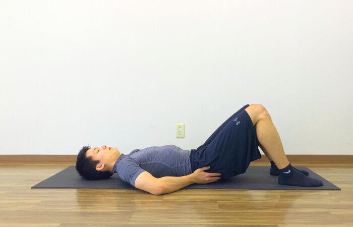 寝ながらできる脊柱起立筋ストレッチのやり方