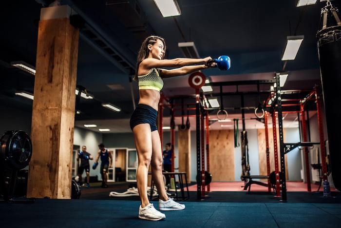 ケトルベルを使ったトレーニング10選!ケトルベルを使う効果や最適な重量も解説