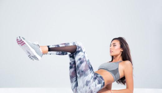 ニートゥチェストの正しいやり方を解説。下腹部をへこませ腰痛予防にも効果的なトレーニングを紹介